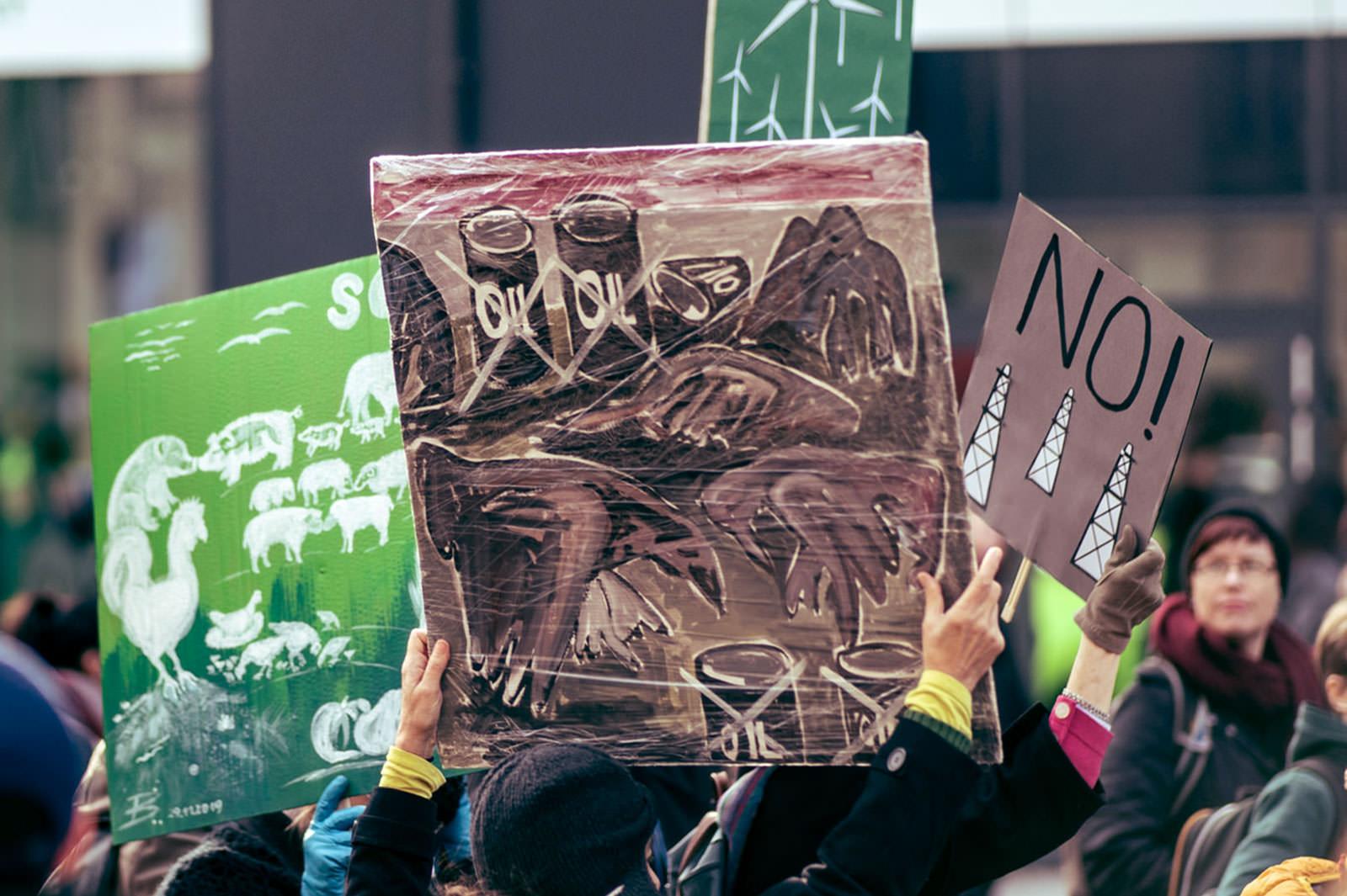 Demonstrierende Menschen mit gemalten Plakaten