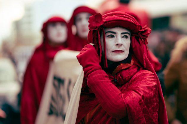 Demonstrationszug mit roter Verkleidung