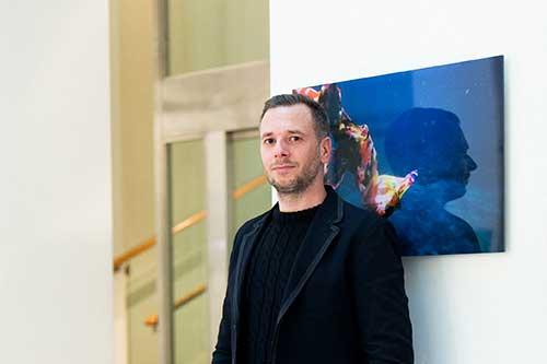 Marko Zink Porträt vor blauem Bild
