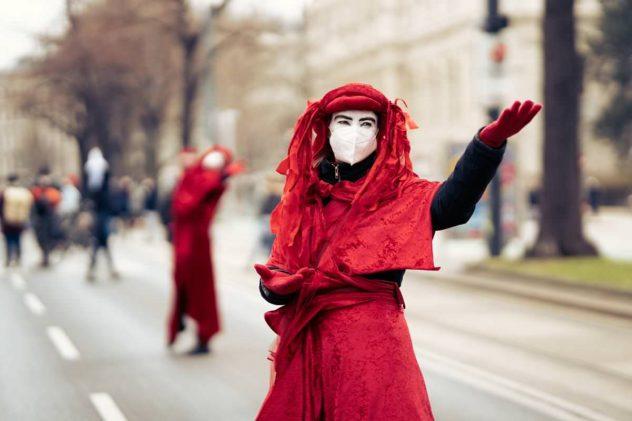 Klimastreik - rot verkleidete Frau