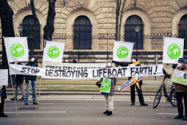 Menschen mit Plakaten bei Klimastreik artist for future