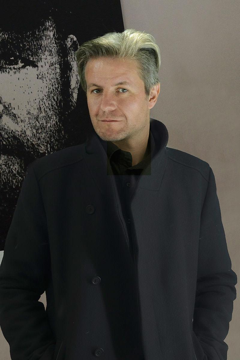 Männerportrait von einem Bild mit Gesicht in Schwarz Weiss