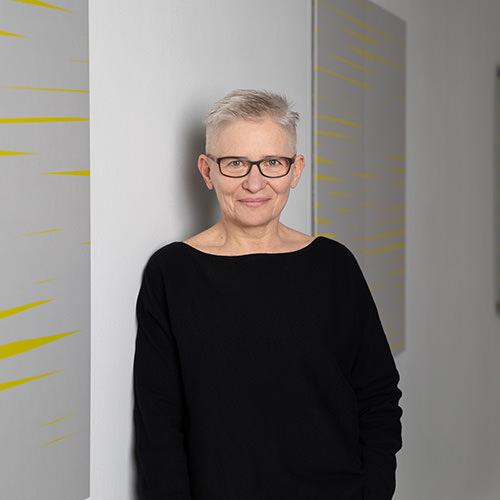Barbara Hoeller Portrait an der Wand lehnend