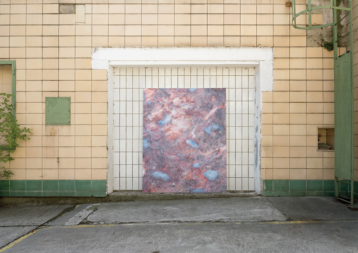 Bild in einem HOf an einer Wand lehenend
